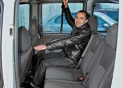 Запаса места от коленей до спинок передних кресел достаточно даже высоким людям. По ширине поместятся трое пассажиров.