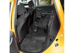 Для перевозки высоких грузов подушку заднего сиденья можно поднять.