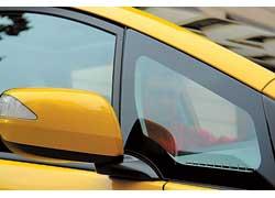 Треугольник стекла в передней стойке кузова способствует улучшению обзорности.