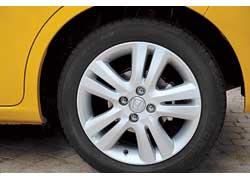 В базовой версии Jazz оснащается 15-дюймовыми, а в дорогой – 16-дюймовыми колесными дисками!