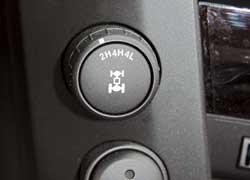 Электронная система полного привода 4WD Part-Time позволяет подключать передок (4WD) и пониженный ряд (4WD Low) на скорости до 80 км/ч. При включенном полном приводе момент по осям распределяется поровну.