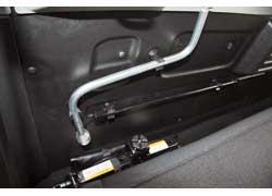 За спинкой заднего дивана – домкрат, баллонный ключ и ключ для откручивания вывешенной под днищем «запаски».
