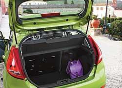 Объем багажника – 295 л, но при необходимости спинку задних сидений можно частично или полностью сложить, что позволит увеличить его до 979 л.