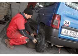 Чтобы быть уверенным в своей безопасности, лучше проследить за ходом замены шин.