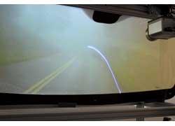 Даже в сплошном «молоке» система определит контуры дороги и нарисует их на лобовом стекле.