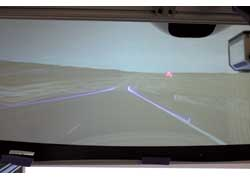В тумане новая разработка концентрирует внимание водителя не только на контурах дороги, но и на дорожных знаках.