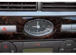 Фирменной карточкой салона Mondeo стали овальные классические аналоговые часы.