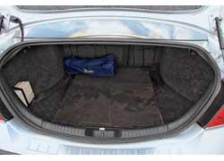 Багажник седана очень вместительный – объем 500/1370 л. Самый серьезный его недостаток – небольшой погрузочный проем.