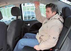 На заднем сиденье больше всего впечатляет запас места для ног – «сам за собой» удобно усядется даже высокий человек.