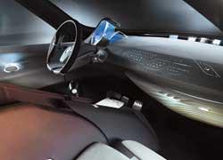 Торпедо Renault Ondelios представляет собой сплошное электронное табло , на которое выводится бортовая и развлекательная информация. На нижнюю часть лобового стекла проецируются различные меню и изображение с камер заднего вида.
