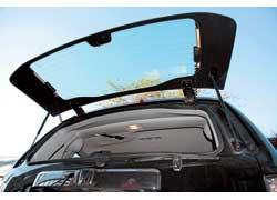 Поднимать на стоянке крышку багажника неудобно. Для погрузки мелкой поклажи сделали открывающееся заднее стекло.