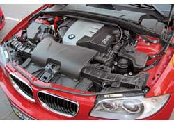 Звук работающего двигателя хорошо слышен на улице, так как капот изнутри не укрыт шумоизоляцией. Салон изолирован неплохо. Для увеличения жесткости кузова в подкапотном отсеке установлены распорки.
