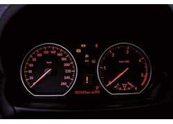 Традиционно для BMW – красная подсветка. Практически все пассажиры после поездки с удивлением смотрели на тахометр и эконометр с надписью Diеsel. Видимо, не ожидали такой динамики и откликов.