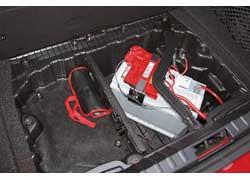 Под полом багажника – только огромный аккумулятор. Для лучшей развесовки он расположен посередине. Шины (летние и зимние) не боятся проколов.