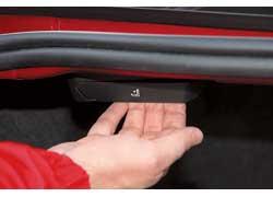Загружать багажник просто – проем довольно широкий и доходит до самого бампера. Эластичные ремни на полу помогут зафиксировать груз. Спинки заднего ряда легко сложить. Для этого достаточно потянуть за специальные ручки.