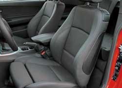 Спортивное сиденье, кроме стандартных регулировок, позволяет менять высоту, угол наклона, интенсивность боковой поддержки, а также длину подушки.
