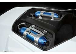 Под прозрачным капотом красуются «топливные баки» – специальные емкости для сжатого водорода. Не исключено, что в будущем даже фанаты уличных гонок перейдут на H2 взамен привычного N2O!