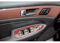 Положение передних сидений, руля и зеркал можно занести в память машины. Оригинальное решение – вставки из кожи . На передней панели они еще прострочены ниткой.