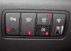При желании можно включить парктроник (1) или отключить поворот фар (2) и систему стабилизации (3). Задние «противотуманки» включаются кнопкой (4), а передние – поворотом ручки на левом подрулевом переключателе.