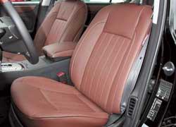 Широкие кресла легко подстроятся под вас благодаря электроприводам, предложат подогрев и вентиляцию, но не помогут в поворотах.
