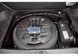 Полноразмерное запасное колесо, инструмент и большой аккумулятор под полом багажника создают дополнительную прижимную силу на задней ведущей оси «Дженезиса».