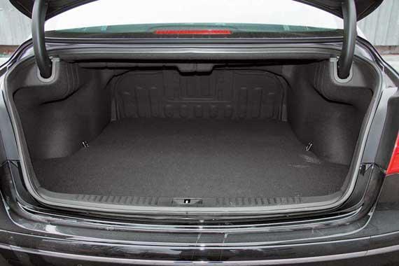 Объем багажника кажется очень большим. На самом деле он составляет 450 литров. Впрочем, урожай с «фазенды» тут вряд ли кто будет возить. А те же клюшки для гольфа запросто поместятся.