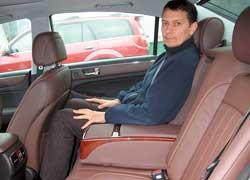 Даже при полностью отодвинутом переднем кресле ноги не касаются его спинки. Со второго ряда можно отдельными кнопками поменять наклон спинки и отодвинуть сиденье целиком.