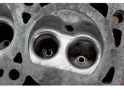 Изношенные маслоотражательные колпачки меняются, а направляющие клапанов можно накатать под требуемый зазор.
