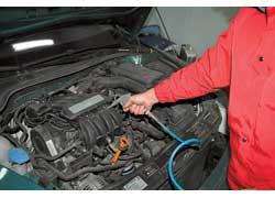 Для исключения утечек тока и окисления контактов электроразъемов грязь с них следует удалить «струей» сжатого воздуха.