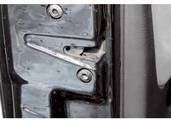 Слабое место дверных замков – встроенные в них «концевики», которые могут отказать.