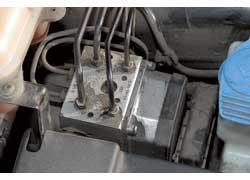 На старых машинах отмечен выход из строя блока ABS. Об этом проинформирует светящаяся на щитке приборов лампа неисправности тормозной системы.