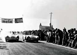 В 1954 году в Мексике на гонке Carrera Panamericana Ханс Геррманн (слева) за рулем 110-сильного Porsche 550 Spyder занял 3-е место в «абсолюте» и 1-е – в классе машин с объемом мотора до 1500 см3.