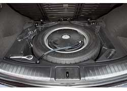 Багажник скромный – 376 л, с большой погрузочной высотой. Под полом – «докатка», в которую упакован сабвуфер аудиосистемы Bose.