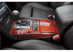 Некоторые конкуренты предлагают механическую трансмиссию, Infiniti – нет. Его новый 7-ступенчатый «автомат» обладает высокой «скорострельностью».