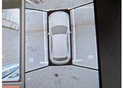 Парковаться можно, как в компьютерной игре, – глядя на экран. Это помогает рулить на парковках и в пробках, а также пробираться между криво стоящими машинами в центре мегаполиса.