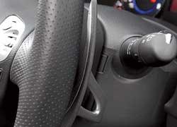 Подрулевые переключатели передач из магниевого сплава устанавливают на версию Sport. Они частично обшиты кожей в местах касания пальцев. Правда, расположены «лепестки» далековато – к ним приходится тянуться.