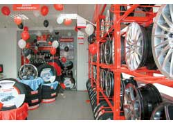 В Киеве появился первый в Украине шинный центр премиум-класса Pole Position компании Bridgestone, которую представляет компания «Технооптторг-Трейд».