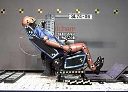 Еще хуже защита, если подголовник вместе с сиденьем не могут удержать голову от закидывания назад. В этом случае травмы самые тяжелые.