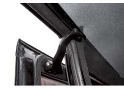 Износ роликов боковых дверей проявляется назойливым стуком при проезде неровностей. Лечение «болезни» – замена роликов.
