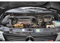 Полукапотная компоновка двигателей затрудняет их обслуживание, поэтому большинство операций обходится дорого. Самый «неудобный» – бензиновый агрегат объемом 2,8 л.