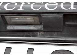 Ржавчина может появиться на передней кромке капота, нижней кромке крышки багажника и на крышке вокруг декоративной планки с надписью Mercedes.