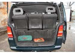 Сиденья фирменных версий двигаются на салазках, что позволяет увеличить багажник или пространство для ног. Во многих переделках (на фото) задние кресла закреплены жестко.