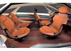 Индивидуальные кресла могут сдвигаться и складываться, а переднее пассажирское сиденье способно разворачиваться назад.