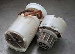 Топливные фильтры, особенно бензонасоса, очень быстро забиваются при большом количестве смол в топливе. Признаки неисправности – перебои в работе двигателя, прежде всего на мощностных режимах.
