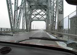 Недавно отреставрированный мост через Днепр соединяет основную часть города с небольшим районом Крюков.