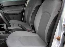 Передние сиденья 206-го седана выглядят скромнее. Рычаг с внутренней стороны сиденья разблокирует замок спинки, но она регулируется по фиксированным положениям.