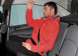 Сзади потолок и стойки в Peugeot 206 Sedan ближе к голове. Отсутствие подголовников – недостаток самой простой версии.