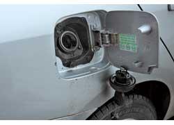 В Renault Symbol отдельная крышка прикрывает пробку от непогоды и предлагает для нее отдельный крючок.