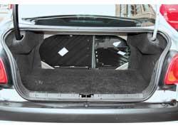 При меньшем объеме (402 л) багажник «двести шестого» седана более универсален. Ведь задний диван складывается по частям – 60:40.