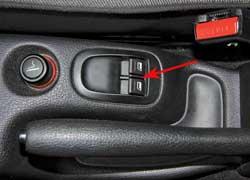 В 206 Sedan кнопки стеклоподъемников надо искать около ручника. И это не очень удобно.